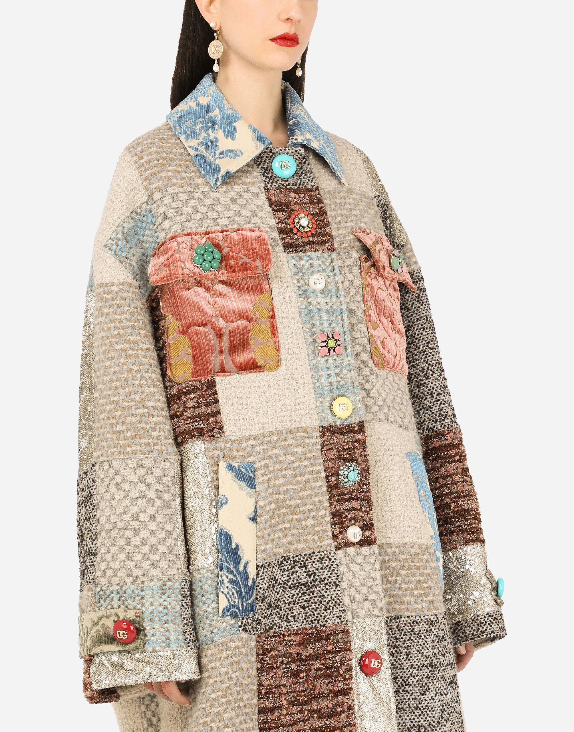 Cappotto in tweed patchwork con decori gioiello