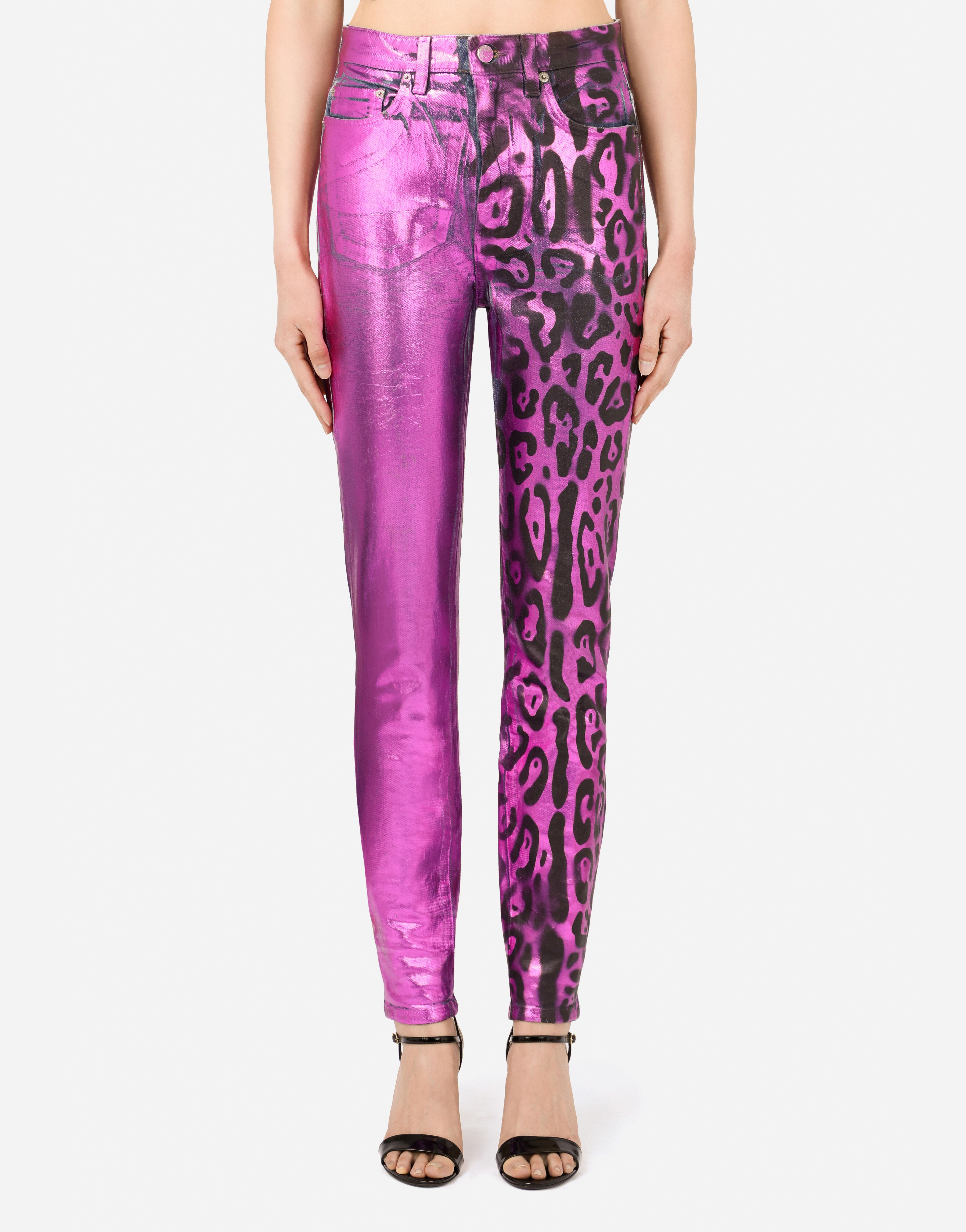 Jeans in denim spalmato stampa leopardo fluo